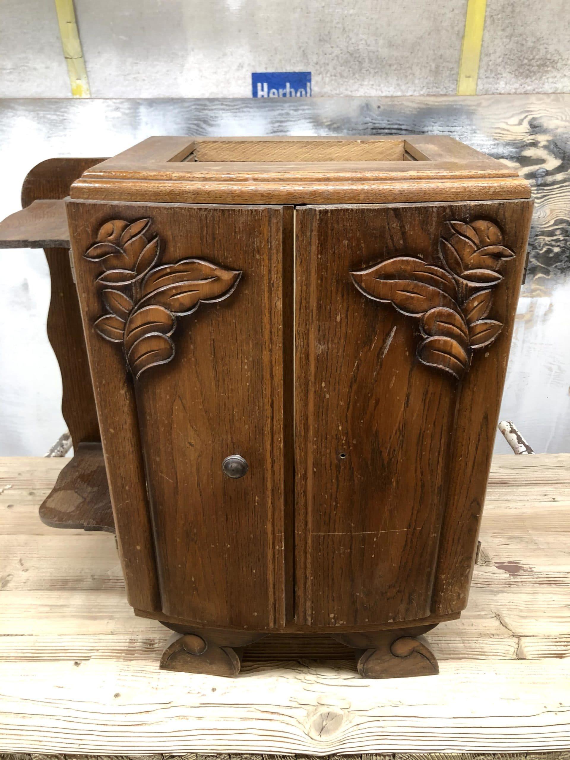 Ancienne table de chevet en bois massif a sa livraison dans notre atelier