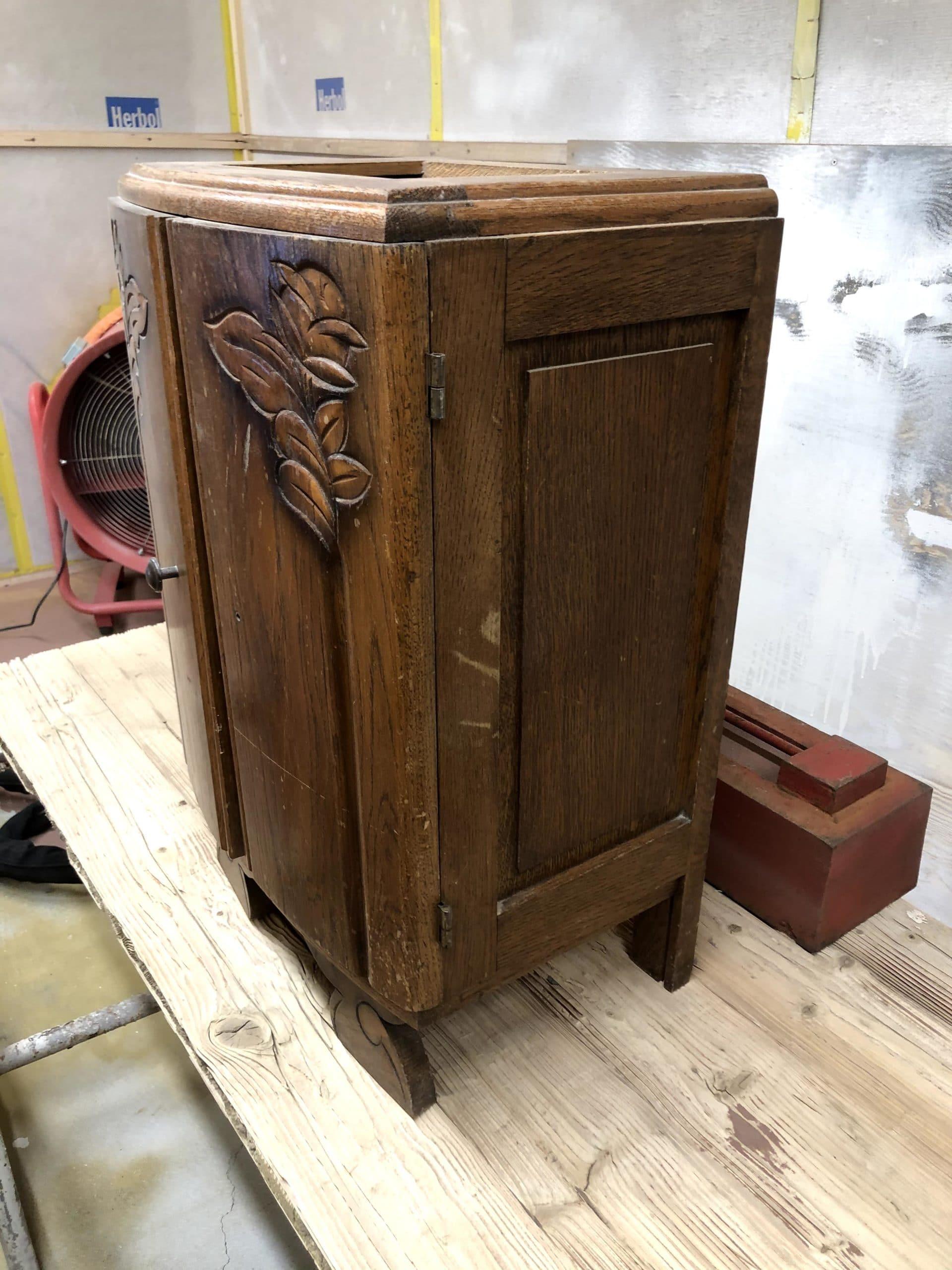 Ancienne table de chevet en bois massif