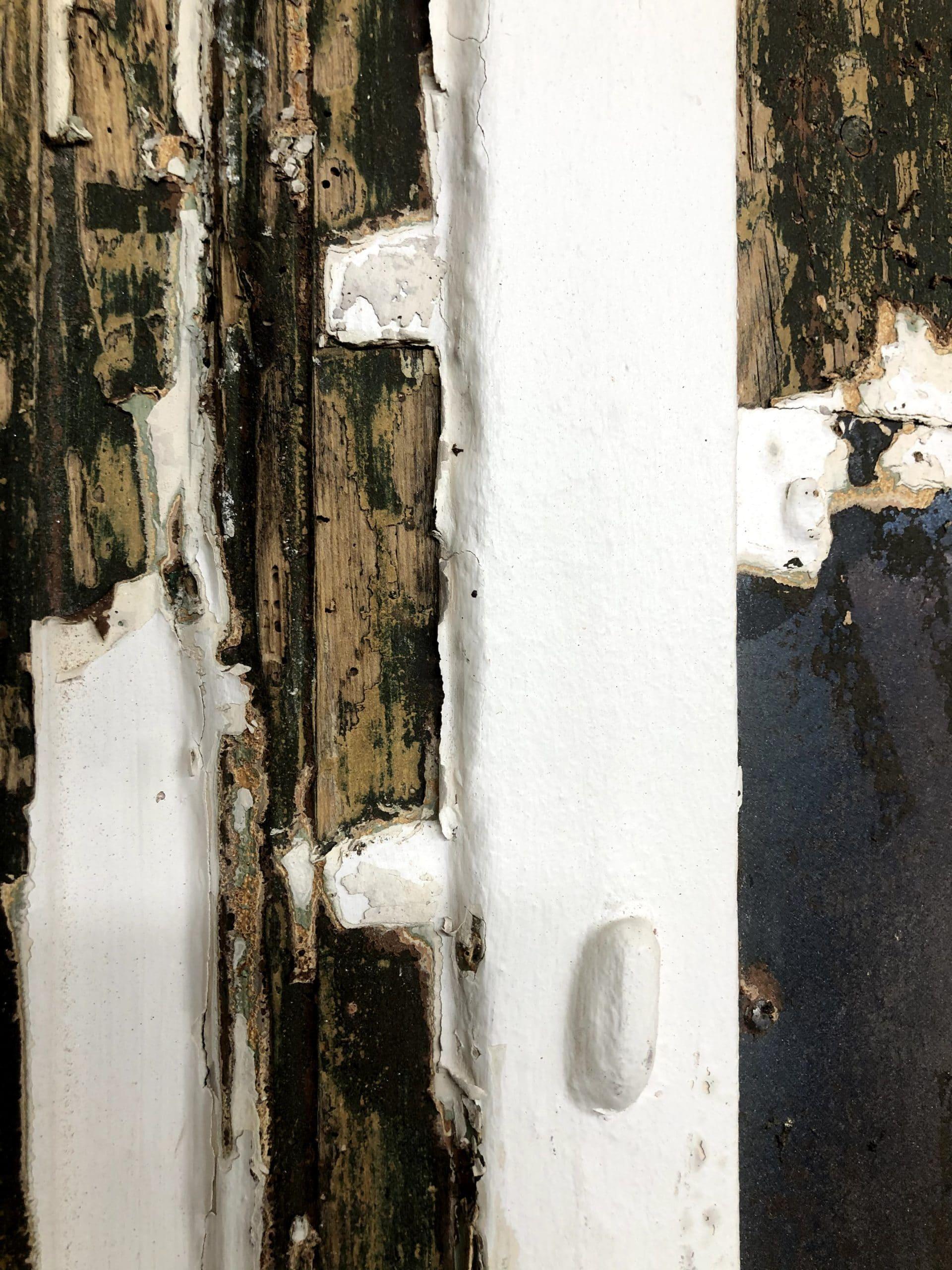 Ferrure recouverte d'une grosse épaisseur de peinture