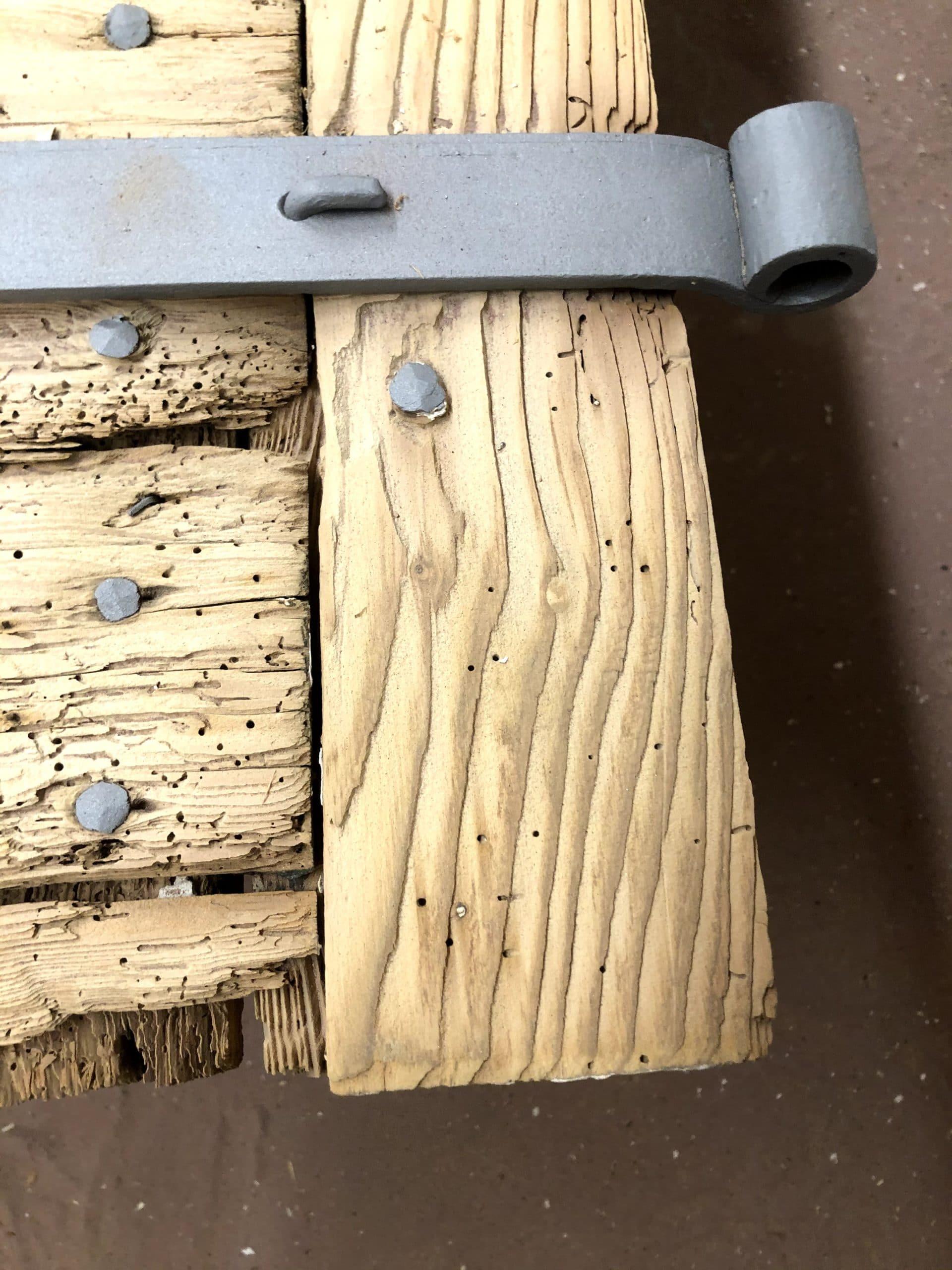 Le bois et le métal sont nettoyés dans les moindre détails