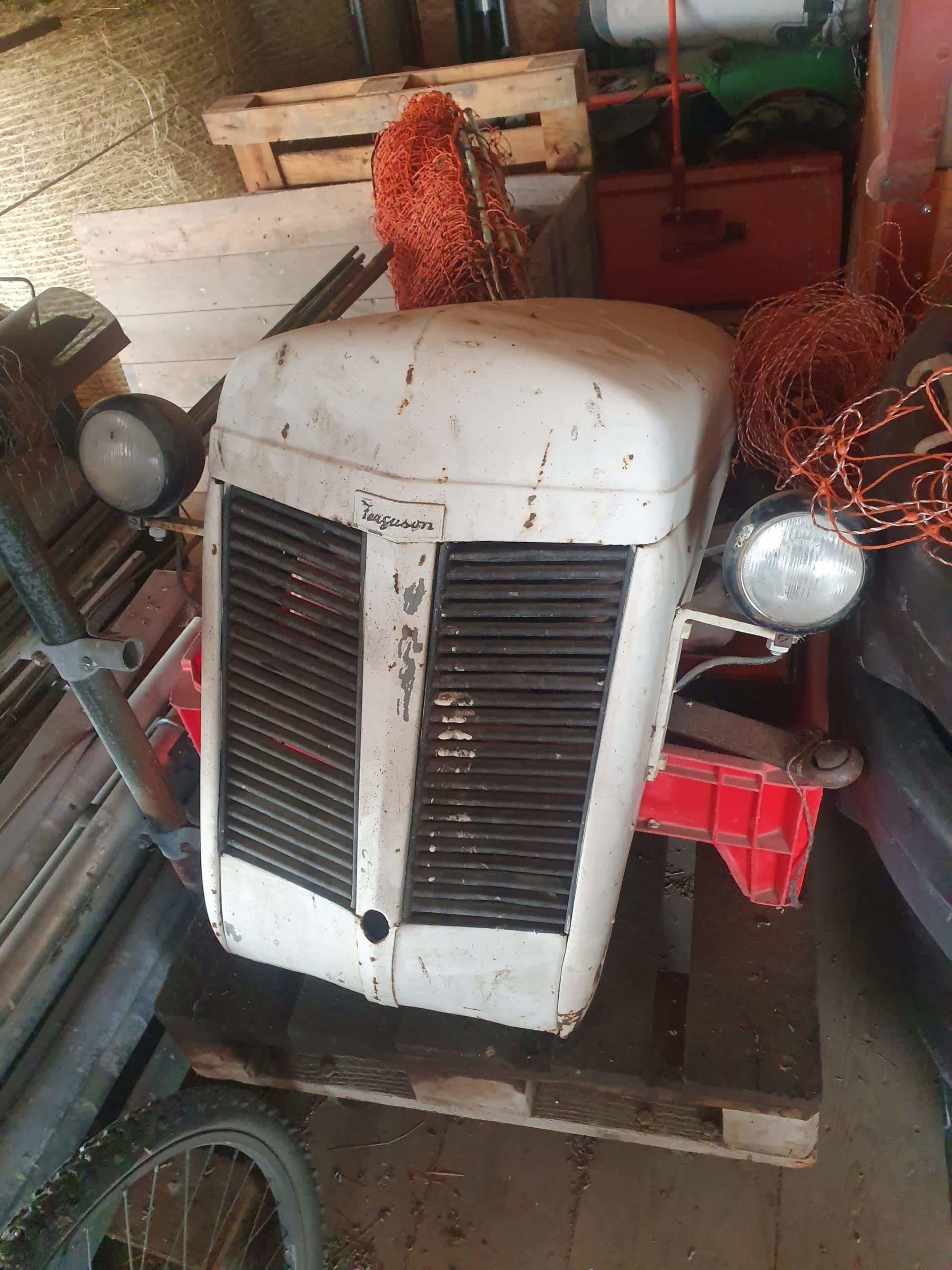 Pièces de carrosserie ancien tracteur Ferguson avant nos travaux