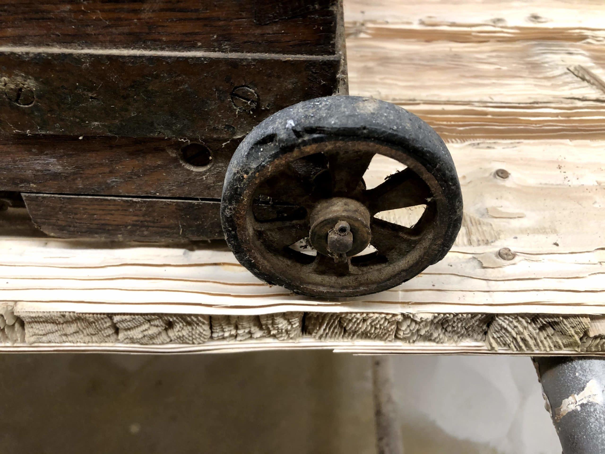 Ancienne balance en bois et métal
