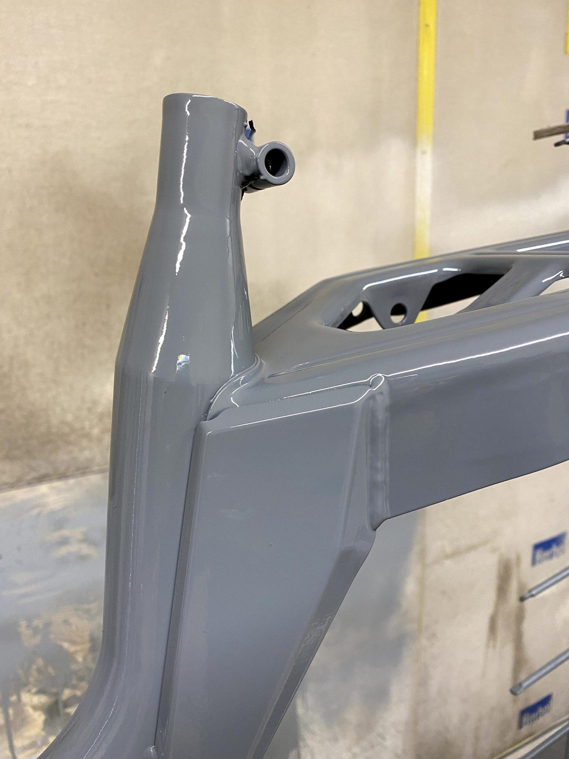 La peinture de finition à 2 composants sur le châssis
