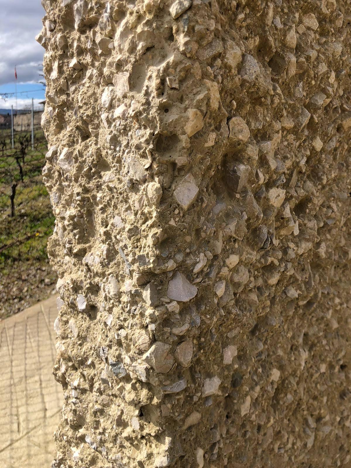 les travaux de sablage avait pour but de donner un aspect ancien sur des murs en béton frais