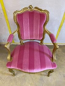 Chaise ancienne ou nous allons déposer par microgommage par peinture dorée