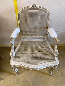 Chaise ancienne qui sera restaurée en glacis après nos travaux de microgommage