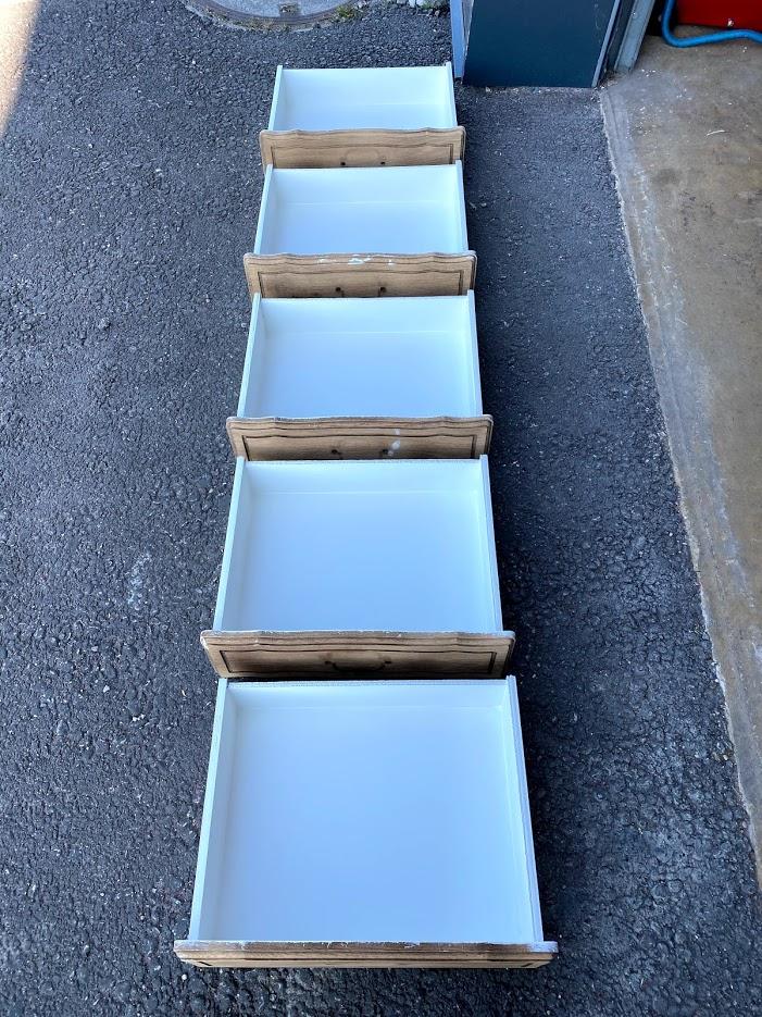 L'intérieur des tiroirs est traité avec une peinture lavable blanche pour donner de la clarté et faciliter le nettoyage.