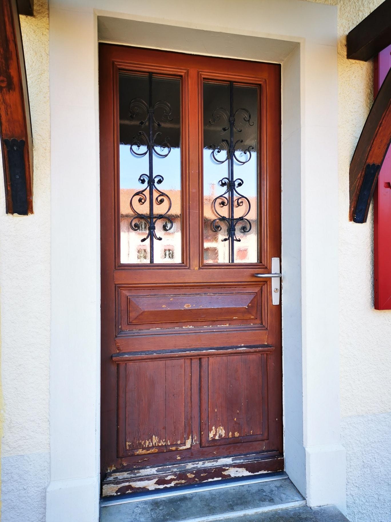 Porte d'entrée avant nos travaux d'aérogommage et peinture