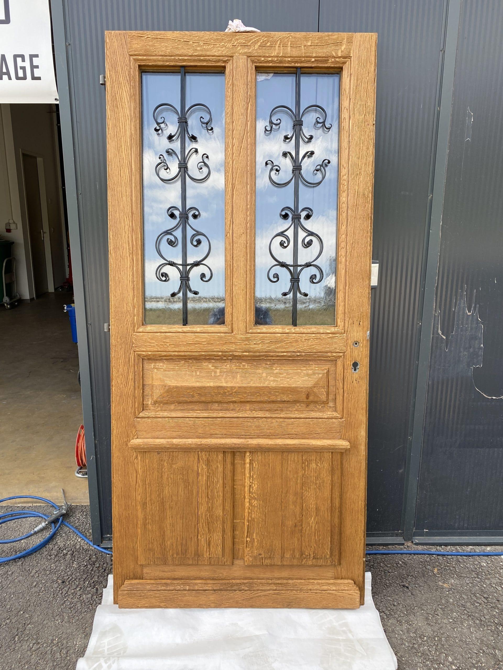 Porte terminée avec traitement de la boiserie et des fers forgés
