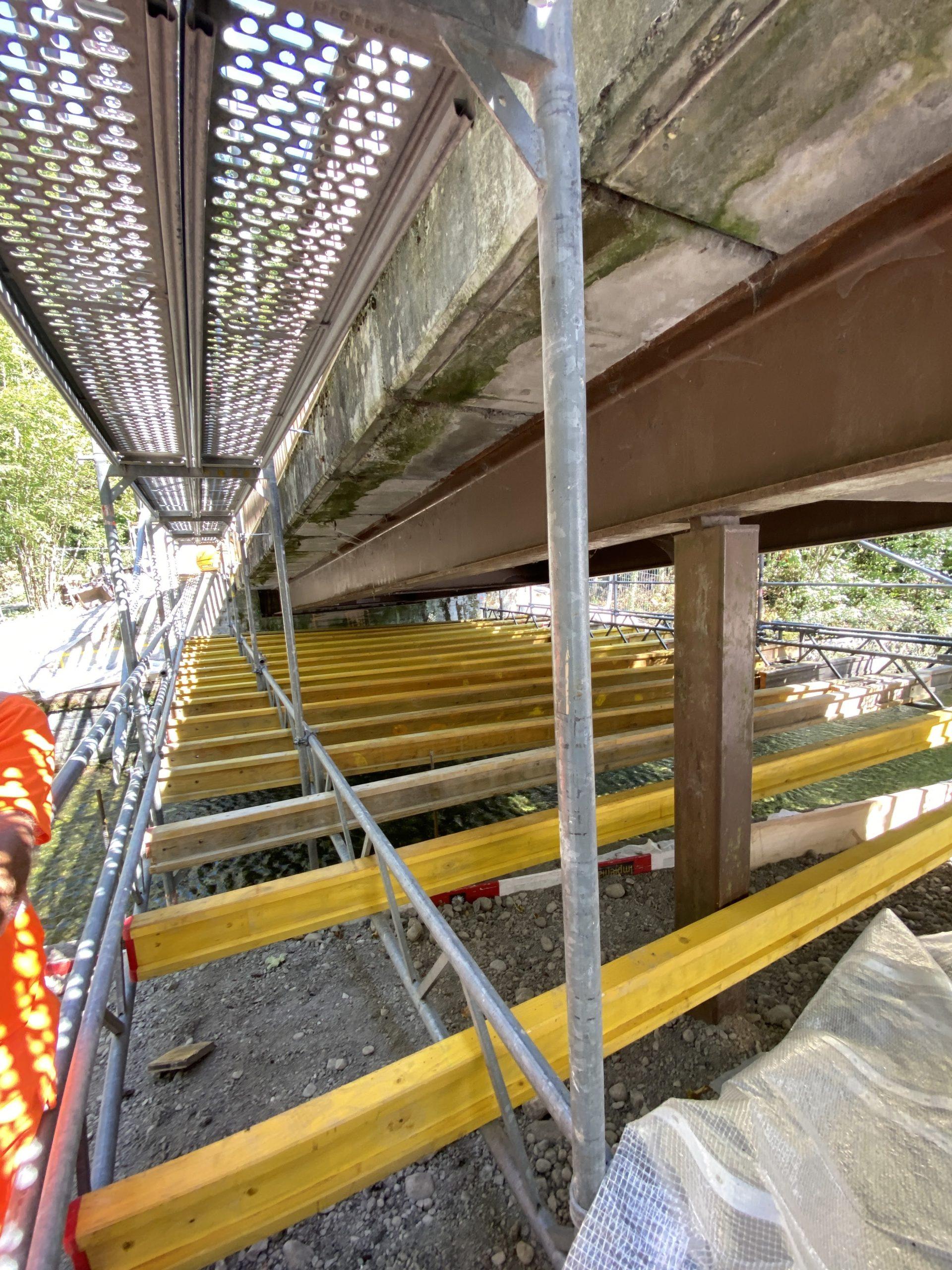 Montage de la plateforme sur la rivière et échafaudage pour la couverture du pont