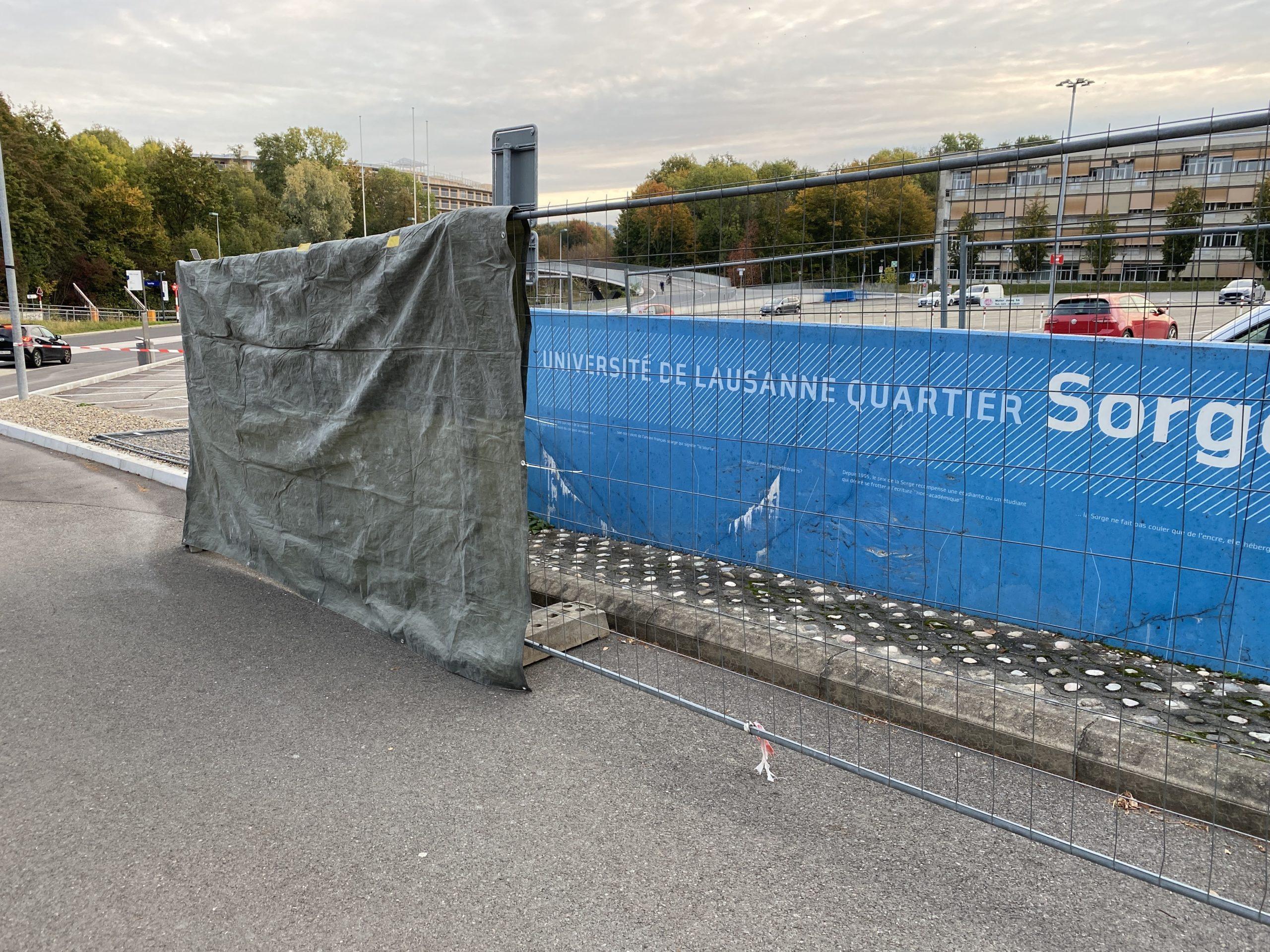 Pose de barrière de chantier pour protéger des projections d'abrasif