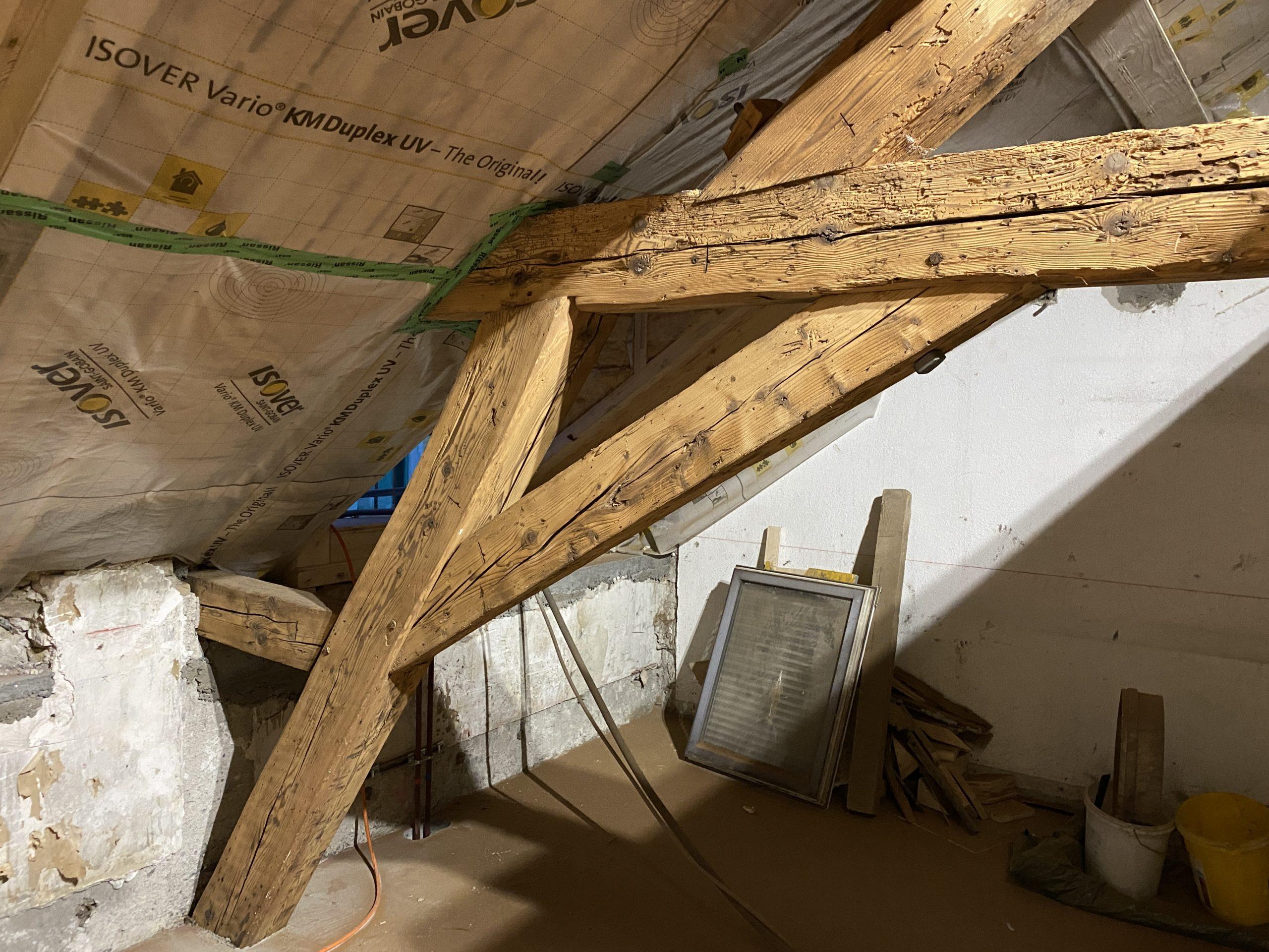 l'aérogommage permet de retirer la teinte foncée, et de redonner au bois un charme ancien