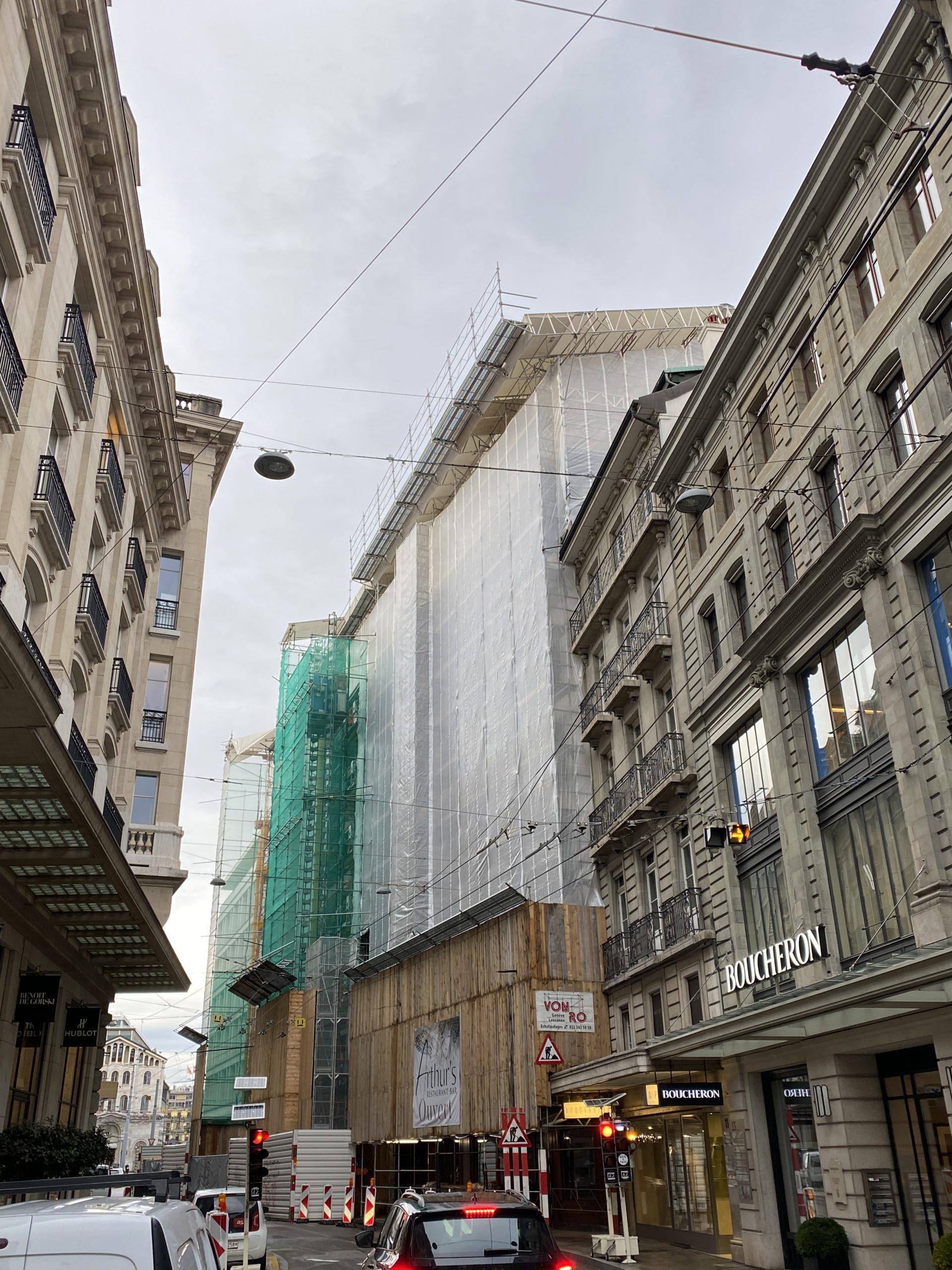 échafaudage équipé de monte-charge et filet anti-poussière pour éviter les désagréments en centre ville