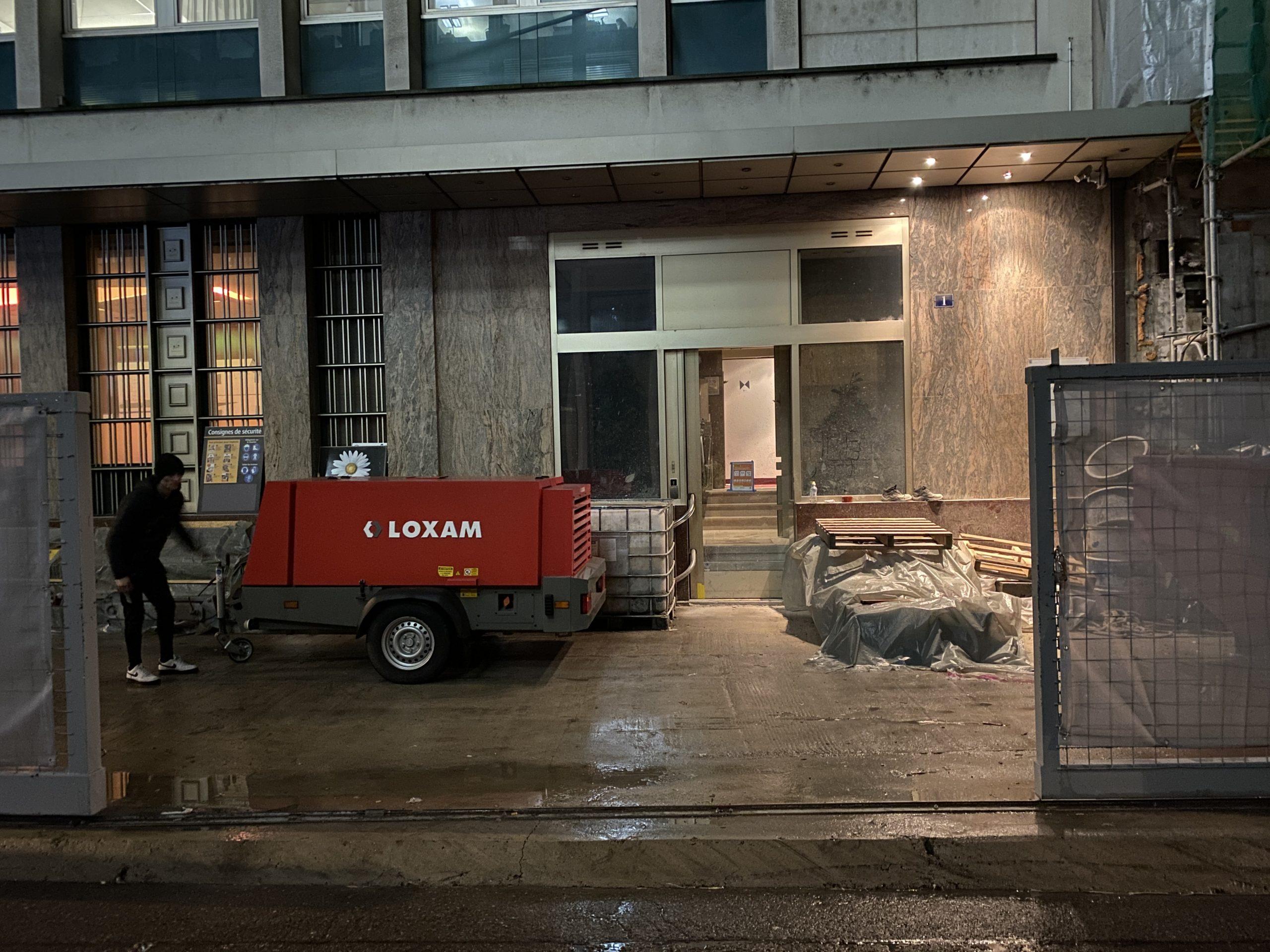 compresseur de 7000 litres pour alimenter notre aérogommeuse au 7ème étage