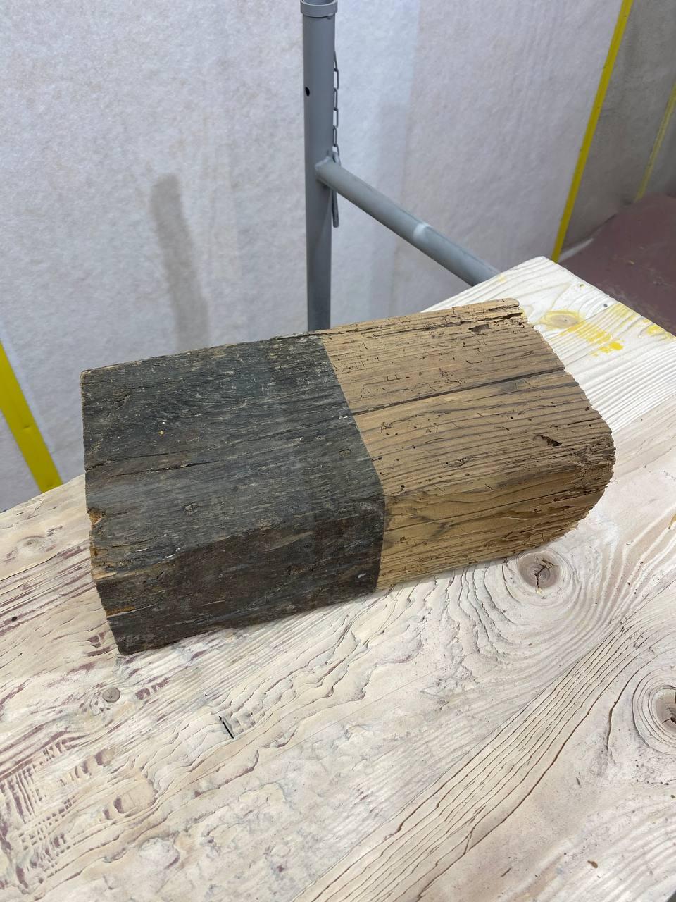 Test d'aérogommage effectué sur cette ancienne pièce de charpente